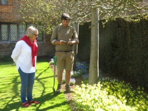 Diane discusses daffodils with a Sissinghurst gardner