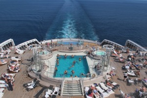 The outdoor swimming pool on QM2